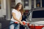 Frau tankt ihr Auto