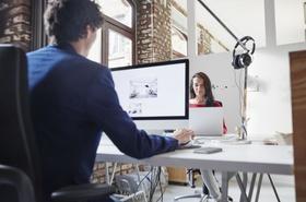 Frau und Mann arbeiten an modernen Arbeitsplätzen