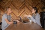 Frau und Mann beraten sich