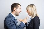 Frau und Mann in Business Kleidung schreien sich gegenseitig an