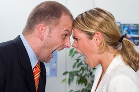 Frau und Mann schreien sich an im Büro_adobe stock