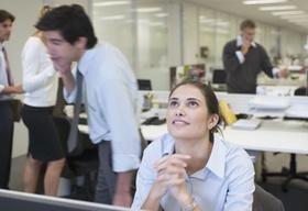 Frau vor Computer schaut nach oben