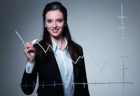 Frau zeichnet Bilanz