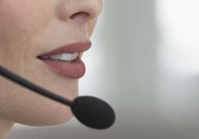 Frauengesicht, Detail, Mund mit Mikrofon