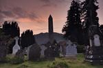 Friedhof in der Dämmerung mit verwitterten Grabsteinen