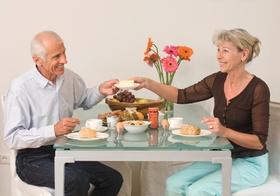 Seniorenpaar beim Fruehstuecken