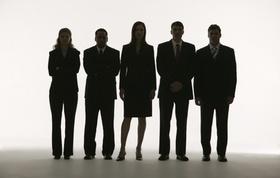 Fünf Menschen in Businesskleidung als Silhouetten vor weißem Hintergrund