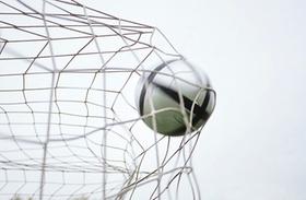 Fußball fliegt ins Tor-Netz