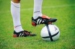 Fußballerfuß steht auf Ball