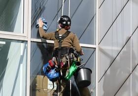 Gebäudereinigung Fensterputzer Hochhaus
