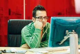 Gelangweilter junger Mann vor Computerbildschirm