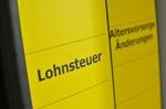 Gelber Ordnerrücken mit Aufschrift Lohnsteuer