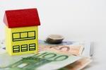 Gelbes Modellhaus auf Geldscheinen