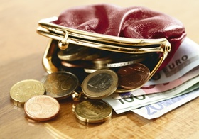 Geldbeutel mit Euromuenzen und Scheinen