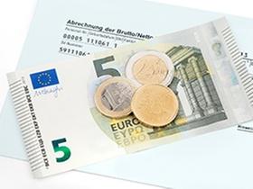 Geldschein mit Münzen