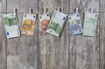 Geldscheine an Wäscheleine