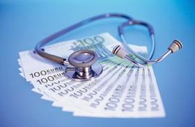 Geldscheine auf dem Stethoskop liegt