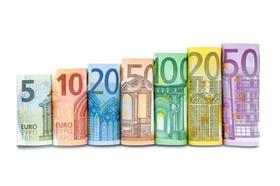 Geldscheine aufgerollt in einer Reihe
