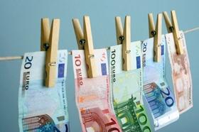 Symbolbild fuer Geldwaesche, Geldscheine auf der Waescheleine
