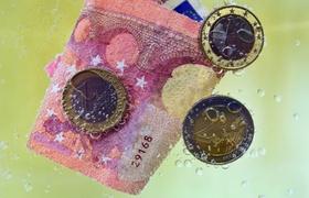 Geldwäsche_Euroschein_Euromünzen unter Wasser