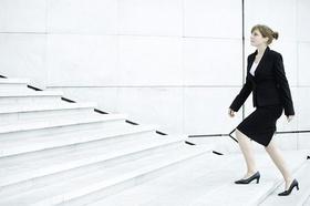 Geschäftsfrau die eine Treppe hochsteigt