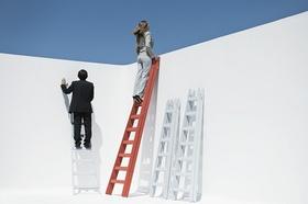 Geschäftsfrau die oben auf einer Leiter steht