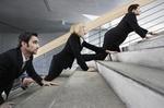 Geschäftsleute die eine Treppe hochkriechen