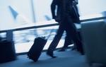 Geschäftsmann am Flughafen laufend mit Gepäck