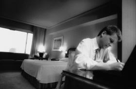 Geschäftsmann arbeitet im Hotelzimmer