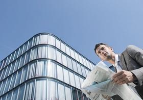 Geschäftsmann Business-Mann Zeitung Bürogebäude