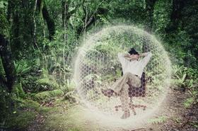 Geschäftsmann erlebt Virtual Reality im Dschungel