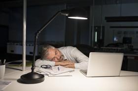 Geschäftsmann schläft nachts an Schreibtisch