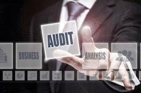 Geschäftsmann tippt auf Audit Zeichen in einer Projektion