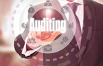 Geschäftsmann tippt auf digitales Symbol Auditing