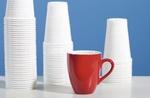 Rote Kaffeetasse vor Kunststoffbechern