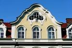Geschwungener Hausgiebel mit Fenster