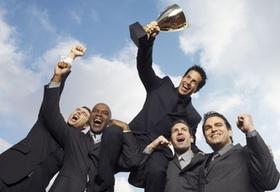 Gewinner mit Pokal