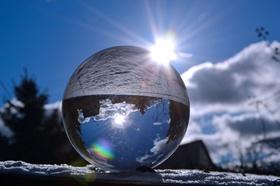 Glaskugel Winter Sonne Spiegelung