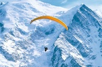 Gleitschirmflieger vor Montblanc-Massiv