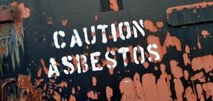 Sanierungswelle für den Klimaschutz: Asbest-Risiko steigt