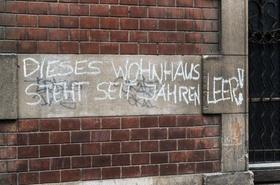 Grafitti an Wand-Dieses Wohnhaus steht seit Jahren leer