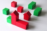 Grüne und rote Bauklötze in Häuserform