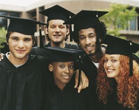 Gruppe junger Menschen mit Doktorhüten
