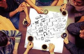 Gruppe von Menschen sitzen um Zeichnung und trinken Kaffee