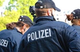 Gruppe von Polizisten mit Kamera und Headset im Einsatz