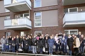 Gruppenfoto mit neuen Mietern der SAGA GWG