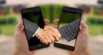 Hände 2 Smartphones Vertrag Handschlag