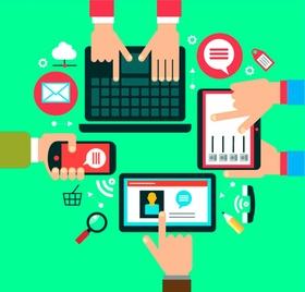 Hände bedienen gleichzeitig Smartphone, Laptop, Tablet