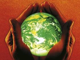 Hände, die eine grüne Erdkugel festhalten