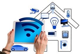 smart-home-Hände die Tablet halten vor Haus mit Symbolen für Elektrogeräte, Schlüssel, Kamera, Auto